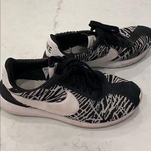 Black and white knit Nike's sz9!